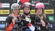 Eine strahlende Julie Zogg (Mitte) präsentiert ihre Goldmedaille. Zu ihrer Linken Annamari Dantscha aus der Ukraine und rechts die Deutsche Ramona Theresia Hofmeister. (Bild: Keystone)