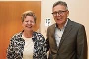 Das neue Vorstandsmitglied Elisabeth Odermatt wird von Präsident Bruno Rohrer begrüsst. (Bild: Patricia Helfenstein-Burch (Giswil, 14. Mai 2019))