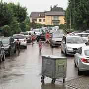 """Blechlawine vor dem """"Bachfeld"""": Der Container vor dem Schulhaus verhindert, dass Elterntaxis direkt zur Eingangstreppe fahren. (Bild: PD)"""
