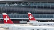 Der Flughafen Zürich erwartet wegen den Sommerferien in den kommenden Wochen einen neuen Passagierrekord. (Bild: KEYSTONE/GAETAN BALLY)