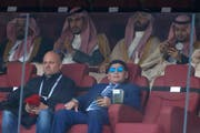 Nicht besonders erfreut über die Situation: Diego Maradona wurde von der Sondereinheit Omon nicht durchgelassen. (Bild: Hassan Ammar/AP)