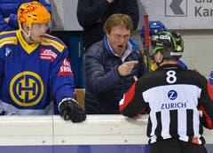Del Curto liess sich des Öfteren auf Diskussionen wegen Schiedsrichterentscheidungen ein. (Bild: Jürgen Staiger/Keystone, Davos, 17. März 2016)