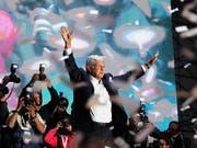 Erster linker Präsident Mexikos seit Jahrzehnten: Wahlsieger Andres Manuel Lopez Obrador vom Movimiento Regeneracion Nacional (Morena) vor Anhängern in Mexiko-Stadt. (Bild: KEYSTONE/EPA EFE/ALEX CRUZ)