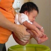 Babys brauchen nicht unbedingt ständig Windeln, wenn man ihre Signale versteht. (Bild: Archiv Rita Messmer)