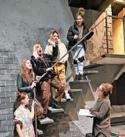 Regisseurin Bettina Dieterle (rechts) und die singenden Supremes-Girls proben vor fantastischer Kulisse. (Bild: Romano Cuonz (Stans, 24. 12. 2018))