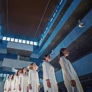 Die «Mädchen in Uniform» des Kantitheaters Alpenquai in der eisigen Atmosphäre des blauen Trakts. (Bild: Pius Amrein, Luzern, 9. Mai 2019)
