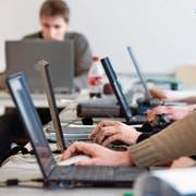 Ein eigener Laptop ist für Luzerner Lehrabsolventen künftig Pflicht. (Symbolbild: Martin Rütschi/Keystone)