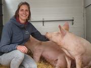 Die Gewinnerin der Schätzfrage, Raphaela Arnold, nimmt das Alpschwein entgegen. (Bild: PD)