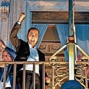 Vizepremier Luigi Di Maio (vorne) feiert in Rom die Verabschiedung des Finanzplans der Regierung. (Bild: A. Di Meo/AP; 27. September 2018)