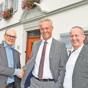 Vor dem Rathaus: Mathias Bachmann (links) und Bezirksammann Armin Tresch (rechts) gratulieren dem neuen Bezirksrat Roman Schlömmer. (Bild: Edith Meyer (Küssnacht, 23.September 2018))