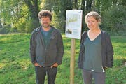 Pro-Natura-Thurgau-Geschäftsführer Markus Bürgisser und Praktikantin Lisa Vaterlaus beim Platz für die Tümpel. (Bild: Mario Testa)