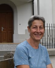 Beatrice Jenny sitzt vor dem Eingang der Kapelle Oberrindal. (Bild: Timon Kobelt)