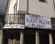 Ein Plakat weist auf das gestohlene Plakat bei der Pfarrkirche hin. (Bild: PD)