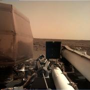Das Bild vom Mars, welches «InSight» zur Erde geschickt hat, ist auf einem Computerbildschirm im Nasa-Zentrum zu sehen. (Bild: NASA via AP (Pasadena, 26. November 2018))