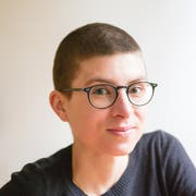 Die Rorschacherin Anna Stern liest am Wortlaut aus ihrem gerade erschienenen Roman «Wild wie die Wellen des Meeres». (Foto: pd)