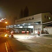 Feuerwehrleute sind beim Busdepot im Einsatz. (Bild: PD/Feuerwehr Frauenfeld)