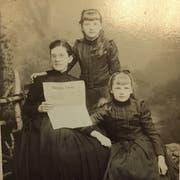 Posieren mit Thurgauer Zeitung: Mutter Anna Gertrud Lüti mit den Töchtern Anna Maria Getrud und Marie Elise. (Bild: Staatsarchiv des Kantons Thurgau)