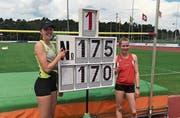 Zeigen auf ihre neuen Bestmarken im Hochsprung: Nadine Odermatt (links) und Tina Baumgartner. (Bild: Thomy Rhymann)