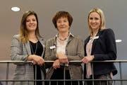 Zwei der drei neuen Vorstandsmitglieder: Denise Zimmermann und Nicole Böni, dazwischen Vereinspräsidentin Monika Frei. (Bild: Rahel Haag)