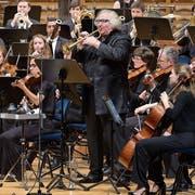 Das Orchester der Lucerne Festival Academy unter dem Dirigenten George Benjamin mit dem Solisten Reinhard Friedrich (Trompete). Bild Lucerne Festival/ Priska Ketterer)