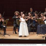 Das jüngste Solistin: die englische Geigerin mit chinesischen Wurzeln, Leia Zhu (11), spielt mit den Festival Strings Lucerne. (Bild: LF/Peter Fischli)