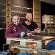 Ein Online-Shop zum Anfassen: Philippe Rieder (links) und Christian Gisler vom St.Galler Label Einstoffen verkaufen ab heute drei Monate lang Brillen, Uhren und Hemden in der Neugasse. (Bild: Michel Canonica)