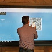 Der erste Versuch in Zug, mit der Digital-ID eine Stimme abzugeben, ist geglückt. In der Nacht vom 1. auf den 2. Juli um genau 23.59 Uhr endete die Projektphase. (Bild: Zuger Presse/Daniel Frischherz (25. Juni 2018))