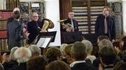 Vor ausverkauftem Rängen in der Bibliothek des Klosters Fischingen: das «Blue Boy Brass Quintett». (Bild: Kurt Lichtensteiger)