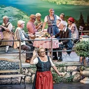 Setzt ihre Kleider in Szene: die Theatergesellschaft Meggen bei der Premiere ihres neuesten Stücks. (Bild: Pius Amrein (20. Oktober 2018))