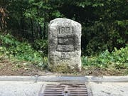 Der historische Grenzstein ist nun neu gesetzt. (Bild: Sabine Windlin/Kanton Zug)