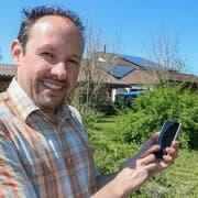 Gemeindepräsident Rolf Bosshard hat auch auf seinem eigenen Hausdach Photovoltaikmodule installiert. (Bild:ZVG)