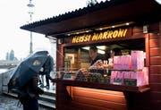 Hier sind die Marroni günstiger als im Durchschnitt: Gzim und Dashurije Ismaili am Rathaussteg in Luzern stillen die ersten Marroni-Gelüste. (Bild: Corinne Glanzmann)