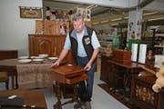 Walter Würsch begutachtet ein Möbelstück im Brockenhaus Nidwalden. (Bild: Marion Wannemacher (Stans, 28. September 2018))