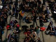 Am ersten Jahrestag des von Madrid verbotenen Unabhängigkeitsreferendums haben Demonstranten in Katalonien wichtige Strassen und Bahngleise blockiert. Hunderte Aktivisten besetzten am Montag in Girona nördlich von Barcelona die Gleise eines Hochgeschwindigkeitszuges. (Bild: Keystone/AP/Manu Fernandez)