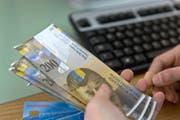 Immer weniger Geldgeschäfte werden am Bankschalter getätigt. (KEYSTONE/Martin Ruetschi)