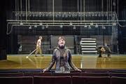 Kathleen McNurney vor der Bühne des Luzerner Theaters, die für Georg Reischls Bowie-Choreografie vorbereitet wird. (Bild: Pius Amrein)