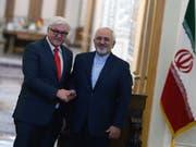 Ein Bild aus besseren Zeiten: Der deutsche Präsident Frank-Walter Steinmeier (links) mit dem Aussenminister Irans Javad Zarif (rechts). (Bild: KEYSTONE/EPA/ABEDIN TAHERKENAREH)