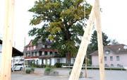 Der Parkplatz vor dem Hotel Bad Buchen soll überbaut werden: Die Visiere sind gestellt. (Bilder: Philipp Stutz)