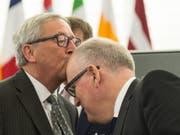 Der Chef und sein möglicher Nachfolger: Noch-EU-Kommissionspräsident Juncker (links) in einer Sympathiebezeugung gegenüber seinem Vize Timmermans, der selber nun kandidiert (in einer Aufnahme vom Oktober 2015). (Bild: KEYSTONE/EPA epa/PATRICK SEEGER)