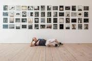 Herbert Weber inszeniert sich gern in seinen Fotografien – oder davor, wie in seiner aktuellen Ausstellung bei Widmertheodoridis. (Bild: Reto Martin)