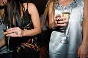 Künftig soll in Schwyz auch in Bars und Restaurants länger gefeiert werden. (Bild: Symbolbild: Martin Ruetschi/Keystone)
