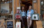 Antonia Kiser (links) und Ursi van Muyden vor ihrem Laden. (Bild: Corinne Glanzmann (Engelberg, 10. Oktober 2018))