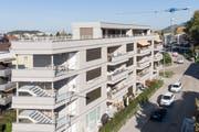 Dank Holzbauweise verfügt das Mehrfamilienhaus über fünf statt zwei Stockwerke (Bild: Ralph Ribi).