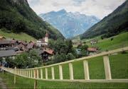 Die Weltrekordleiter der Via Urschweiz ziert seit dem 8. Juli 2018 den Dorfaufgang beim Schulhaus Isenthal. (Bild: PD)
