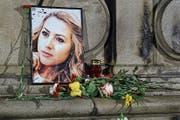 Ein Foto von Viktoria Marinova an einer Gedenkstätte in der Stadt Russe, wo die junge Journalistin umgebracht wurde. (Bild: Filip Dvorski/AP ;9. Oktober 2018)