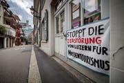 Ein Transparent zeigt den Unmut der Anwohner. (Bild: Pius Amrein (Luzern, 13. Juli 2017)