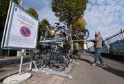 An der Zentralstrasse in Luzern hat es zunächst doppelstöckige Fahrradständer als Test gegeben. (Bild: Eveline Beerkircher)