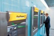 Neues Gebührenregime: Geschäftskunden zahlen neu 30 Franken pro Jahr für die Postfinance Card. (Bild: Gaetan Bally/Keystone (Bern, 16. Juli 2012)