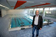 Gemeinderat Martin Mathis im neu sanierten Pestalozzi-Schwimmbad. (Bild: Corinne Glanzmann (Stans, 9. Oktober 2018))