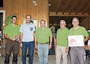 Erwin Rebmann (2. von links) zeichnet die Verantwortlichen des Baumwipfelpfades Neckertal – Christof Gantner, Res Näf, Fritz Rutz und Werner Ackermann – für ihr vorbildliches Holz-Engagement aus. (Bild: PD)